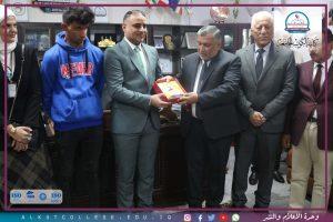 صورة محافظ واسط زار الكوت الجامعة اليوم بعد مناشدته من أجل قبول الطالب اليتيم فيها .
