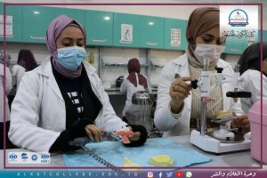صورة قسم طب الأسنان في الكوت الجامعة يقيم محاضراته العملية على وفق نظام التعليم المدمج .