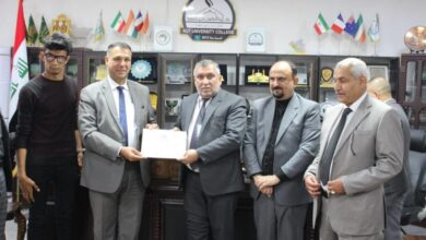 صورة مفوضية حقوق الإنسان في واسط تمنح رئيس مجلس إدارة الكوت الجامعة درع المفوضية .
