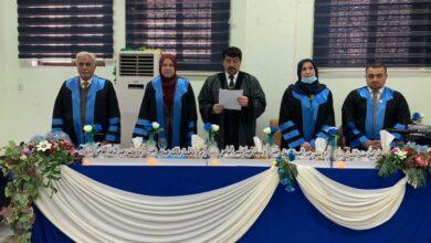 صورة رئيس قسم طب الاسنان في كلية الحلة الجامعة مشرفا في مناقشة رسالة الماجستير