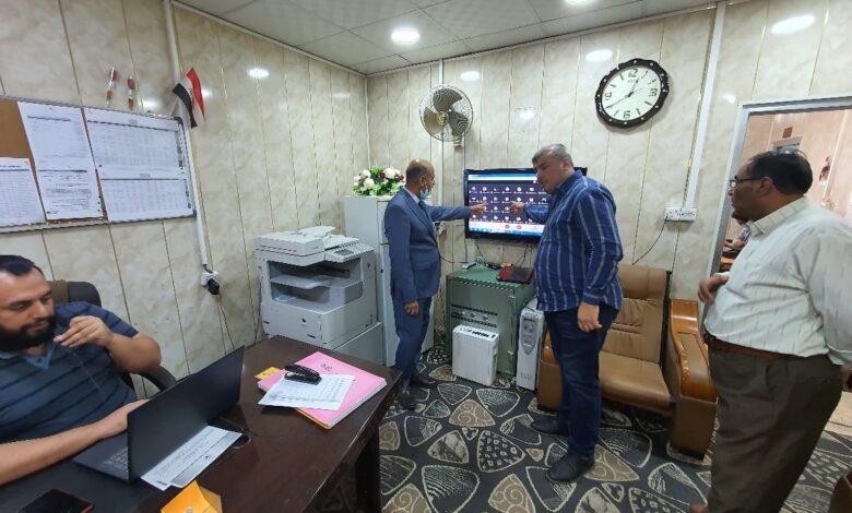 صورة رئيس قسم المحاسبة في كلية شط العرب الجامعة يتابع الإمتحانات من غرفة المراقبة الالكترونية