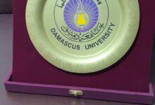 صورة درع جامعة دمشق يناله الدكتور طالب الموسوي اليوم .