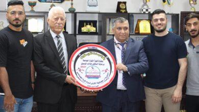 صورة الدكتور طالب الموسوي يكرم فريق كلية الكوت الجامعة الفائز الأول في البطولة الرمضانية الأولى لخماسي الكرة :