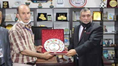 صورة درع اتحاد الجامعات الدولي يهديه السيد رئيس الاتحاد إلى الدكتور طالب الموسوي رئيس مجلس إدارة الكوت الجامعة .