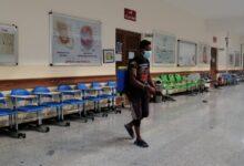 صورة لجنة الوقاية والصحة والسلامة تقوم بتعفير القاعات الامتحانية في كلية الكوت الجامعة  ————————