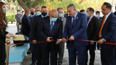 صورة وزير التعليم يفتتح نصبا تذكاريا في جامعة بغداد لعالم الفيزياء العراقي عبد الجبار عبد الله