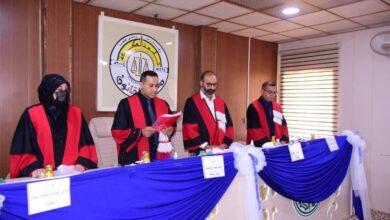 صورة تدريسي في كلية القانون بجامعة القادسية يترأس لجنة مناقشة رسالة ماجستير في جامعة الكوفة
